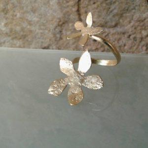 anillo flor grande y pequeña chapada en oro