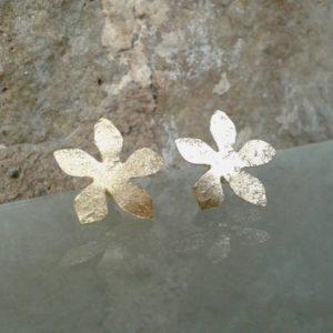 pendiente flor chapada en oro corto