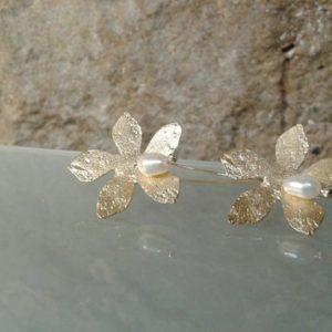 pendiente largo flor chapada en oro perla