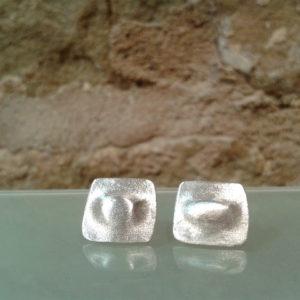 pendiente pequeño relieve plata mate