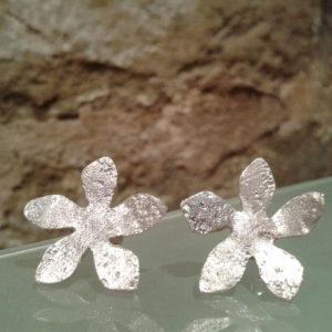 pendiente flor corto plata texturada